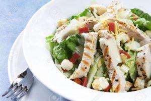 2030041-Salade-C-sar-au-poulet-avec-la-laitue-romaine-cro-tons-parmesan-r-p-morceaux-de-bacon-et-de-poitrine-Banque-d'images