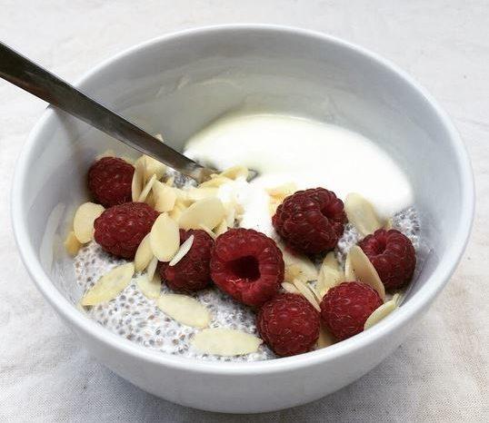 Porridge Healthy : yaourt, lait d'amande et graines de chia